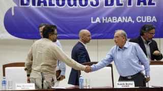 El comandante de las FARC Iván Márquez (i) estrecha la mano del jefe negociador del Gobierno colombiano, Humberto de la Calle (d), el 5 de agosto.