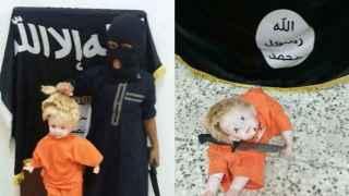 Un niño adoctrinado por el grupo terrorista Estado Islámico decapitando un muñeco.