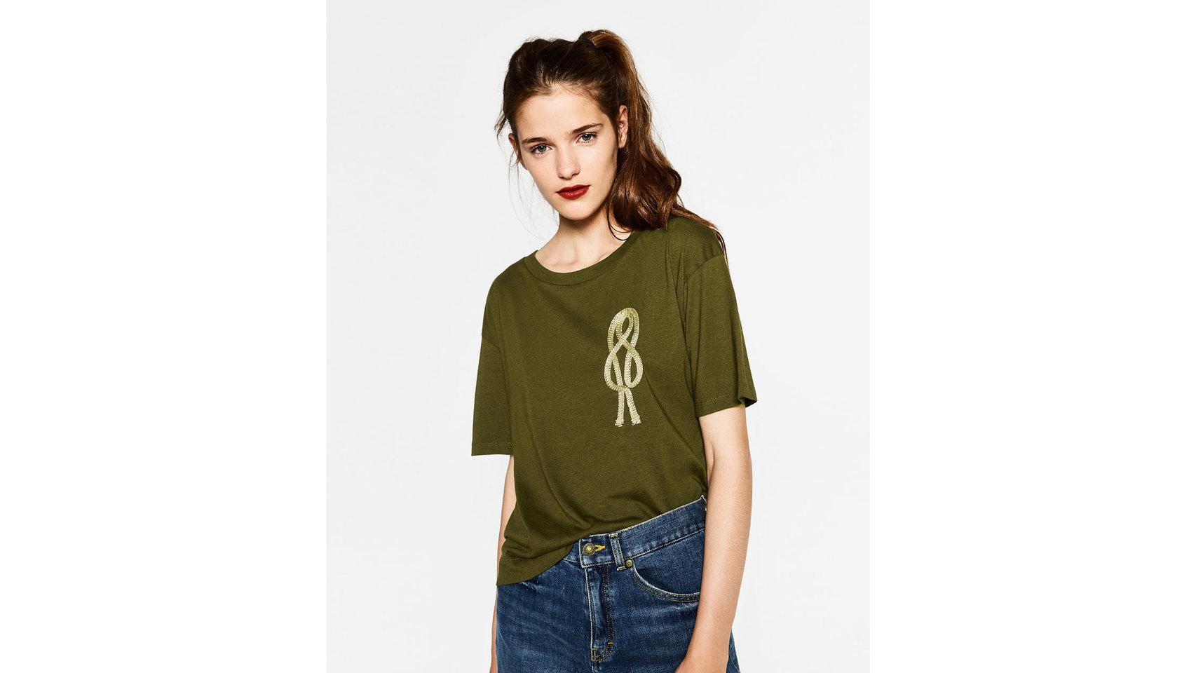 Camiseta detalle militar de Zara ( 12,95 euros).