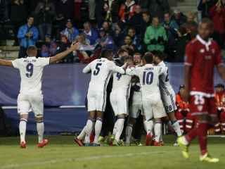 Los jugadores del Real Madrid celebran un gol.