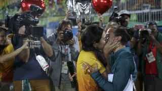 La jugadora de la selección brasileña y su novia se besan en el terreno de juego.