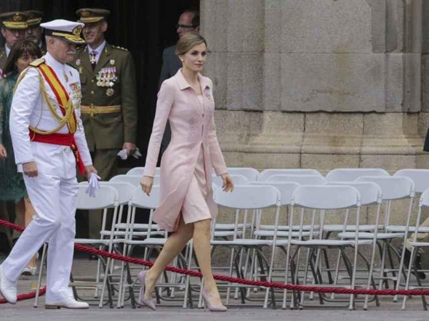 La reina consorte, con su rosa empolvado de Varela.