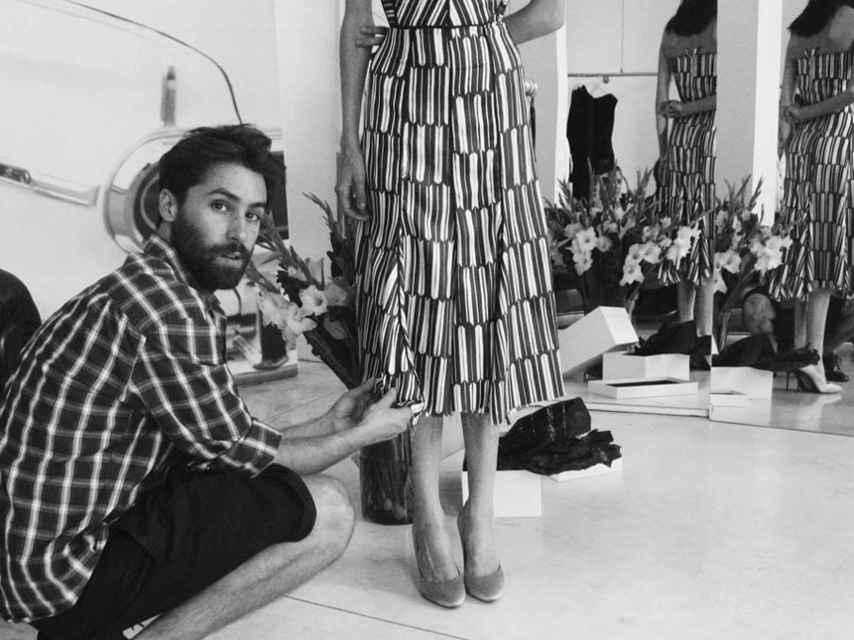 El diseñador alicantino, en su atelier.