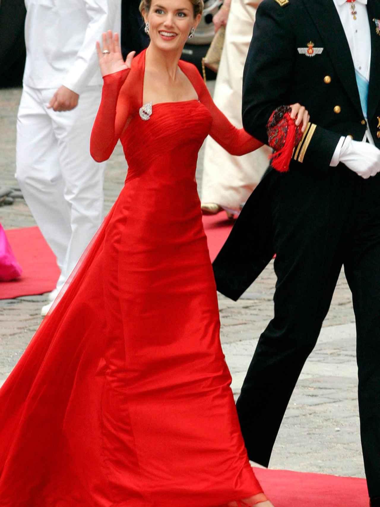 El Vestido, con mayúsculas, de doña Letizia: un Caprile con el que deslumbró.