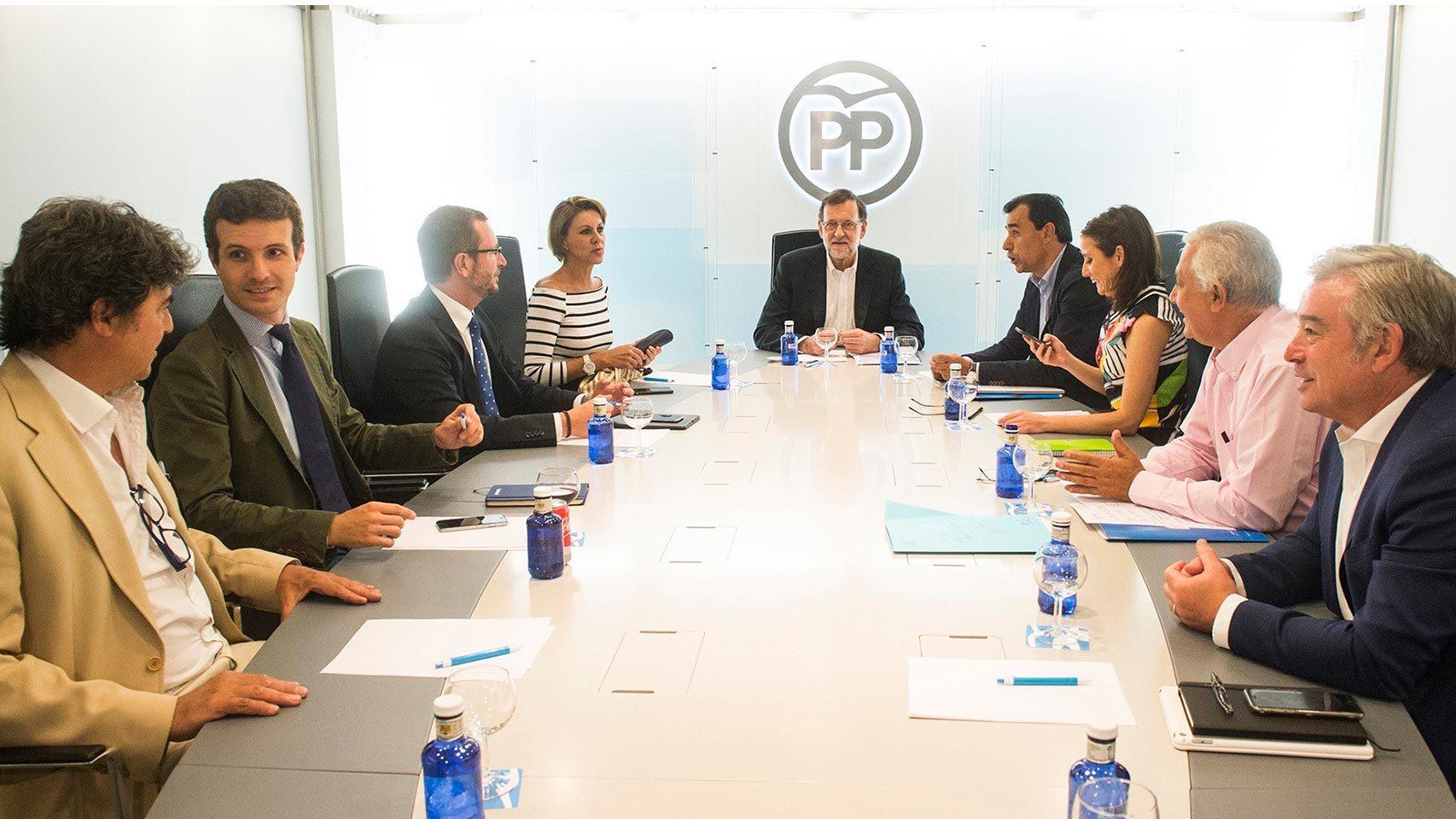 Mariano Rajoy (fondo), durante la reunión del comité de dirección del PP tras la reunión que ha mantenido Albert Rivera.
