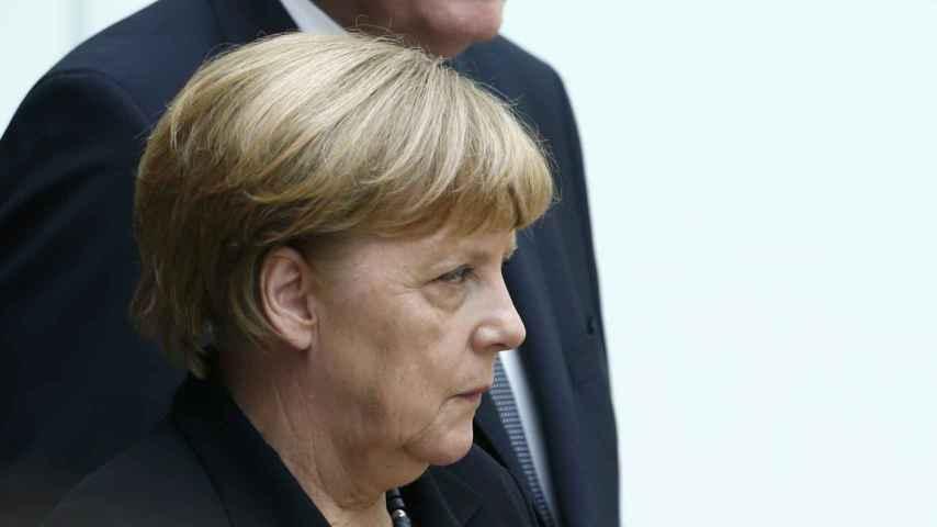 Merkel con el jefe de sus socios bávaros, Horst Seehofer, muy crítico con su gestión.