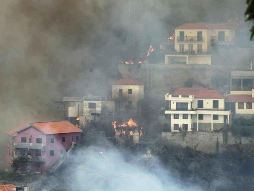 El fuego se come la capital de la isla turística de Madeira, Portugal.