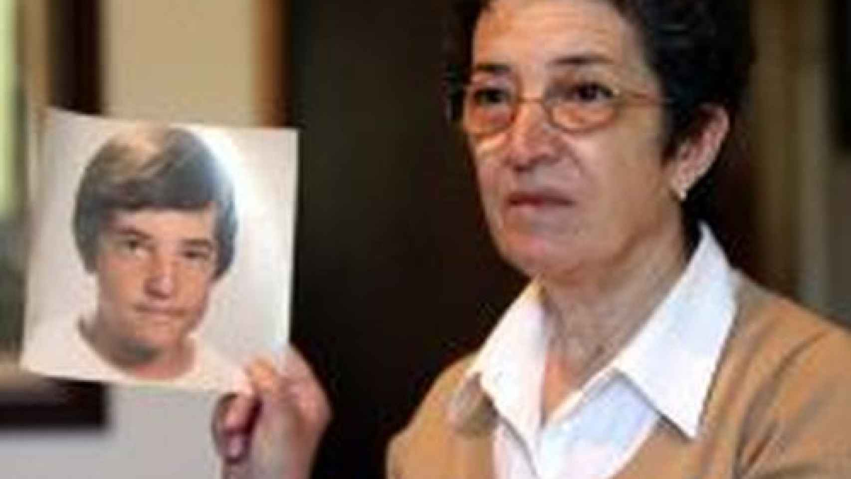 La madre de David, recientemente, sosteniendo una foto de su hijo desaparecido.