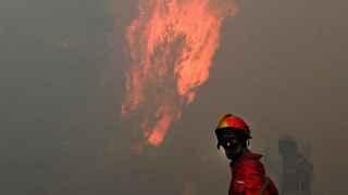 Un bombero en la localidad de Freixo, Portugal.