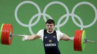 El halterófilo armenio Andranik Karapetyan en el momento de dislocarse el codo.