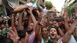 Una multitud celebra el inicio de las fiestas de San Lorenzo en Huesca.