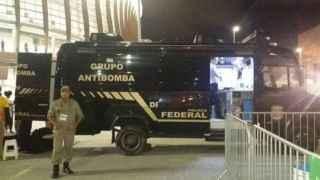 La policía encargada de explotar los paquetes sospechosos.