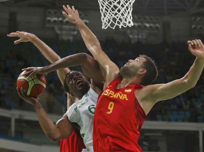 Diogu y Reyes pelean por el balón en el Nigeria-España.