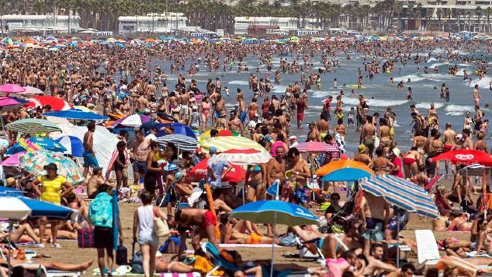 Miles de personas disfrutan del sol y el mar en las playas de la Malvarrosa