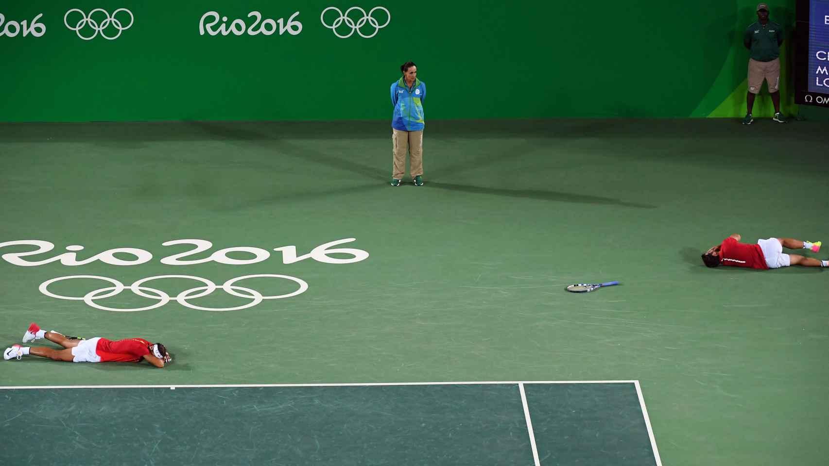 Nadal y López se tiran al suelo tras ganar el punto que les daba el oro.