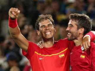 Nadal y López celebran su victoria en dobles.