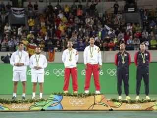 Rafa Nadal y Marc López, en el podio con la estelada al fondo a la izquierda.