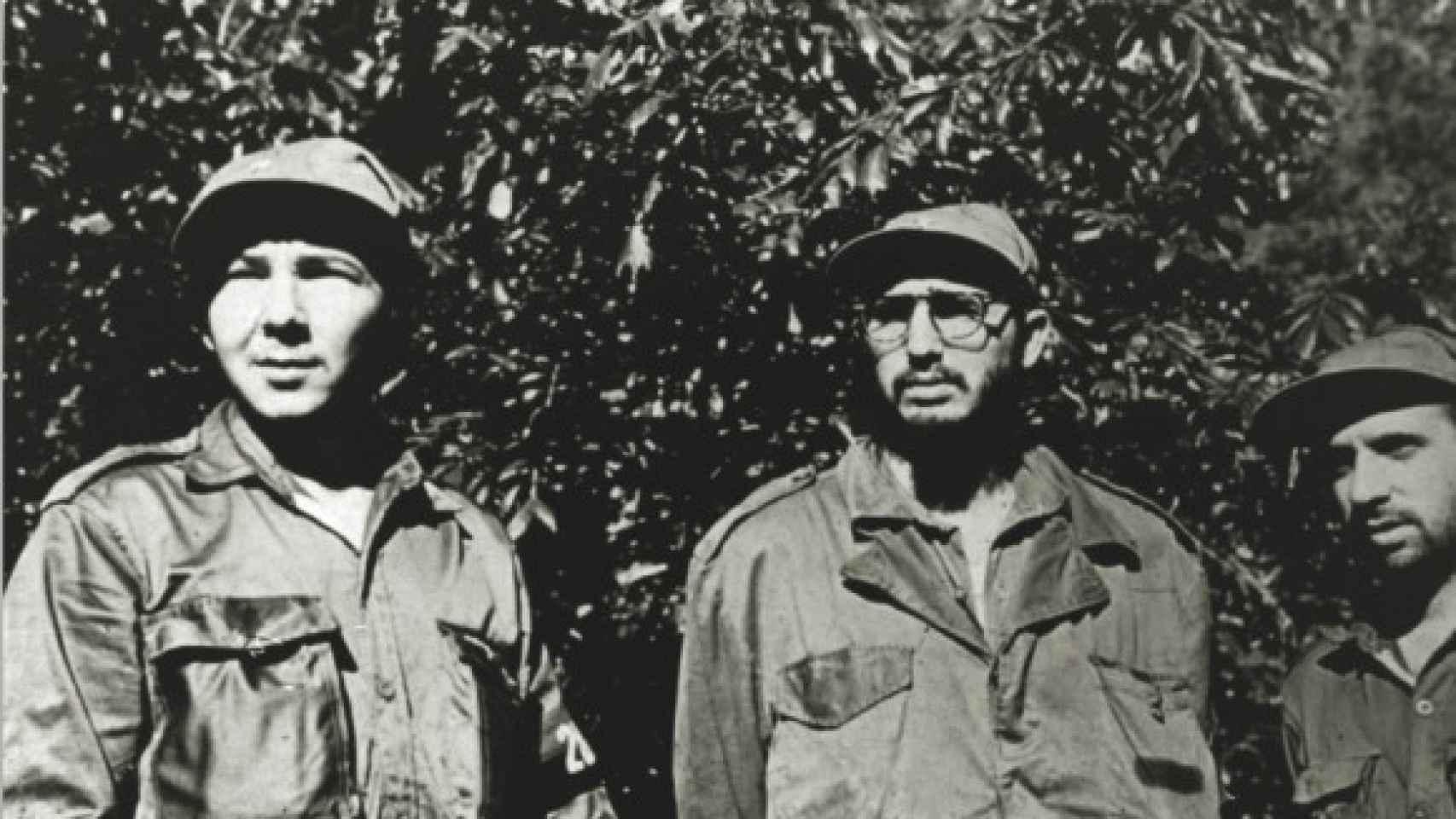 Raúl y Fidel Castro junto a René Ramos Latour.