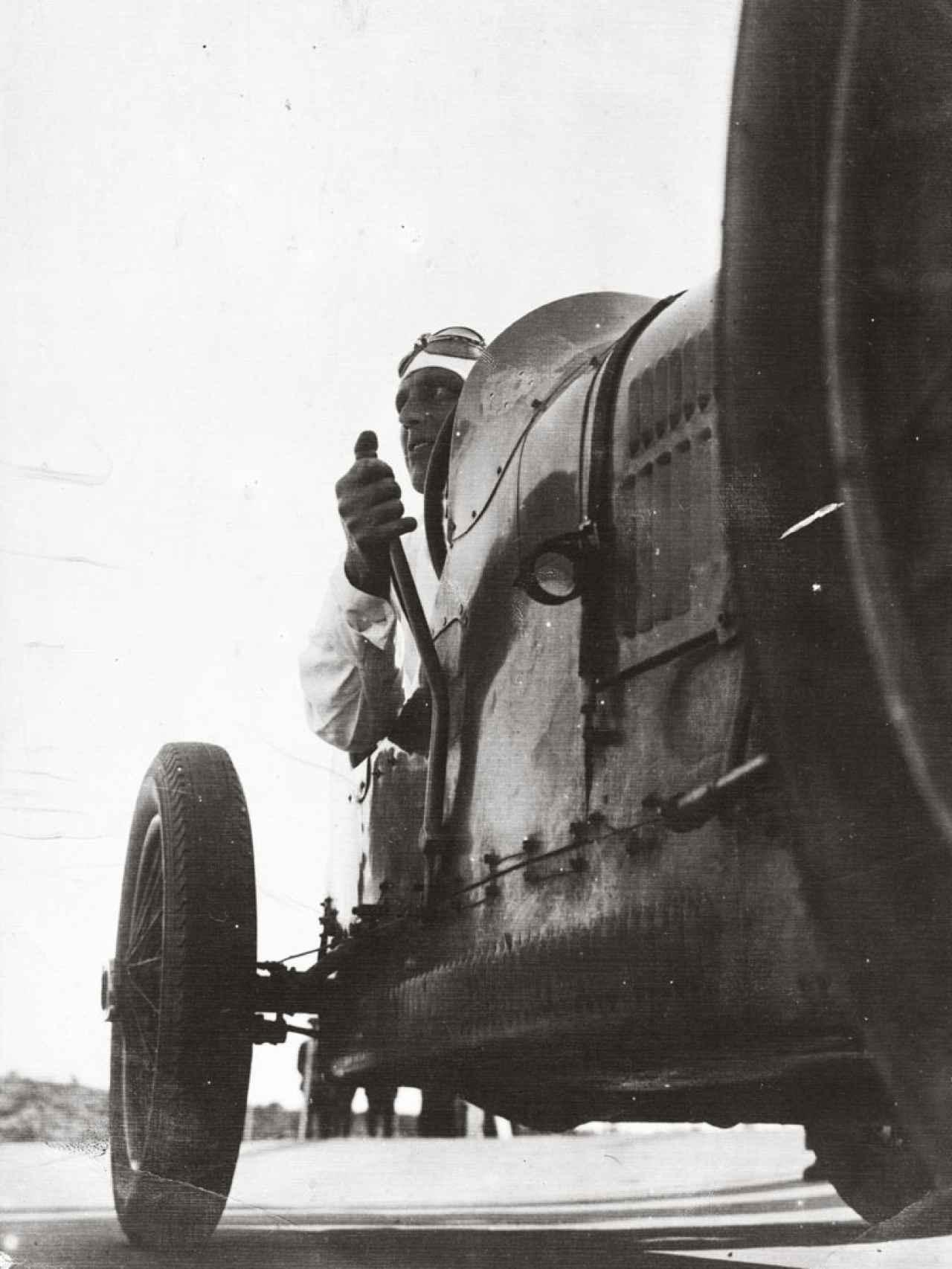 Gabriel Casas y su pasión por el motor. Un Bugatti, en 1931. Foto incluida en el MNAC.