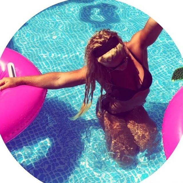 Lydia Valentín muy sexy en la piscina con un bikini negro