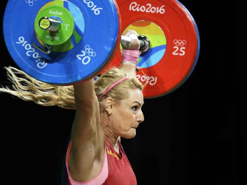La campeona olímpica levantando el bronce