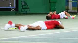 La pareja española, en el suelo, después del último fallo del dúo rumano.