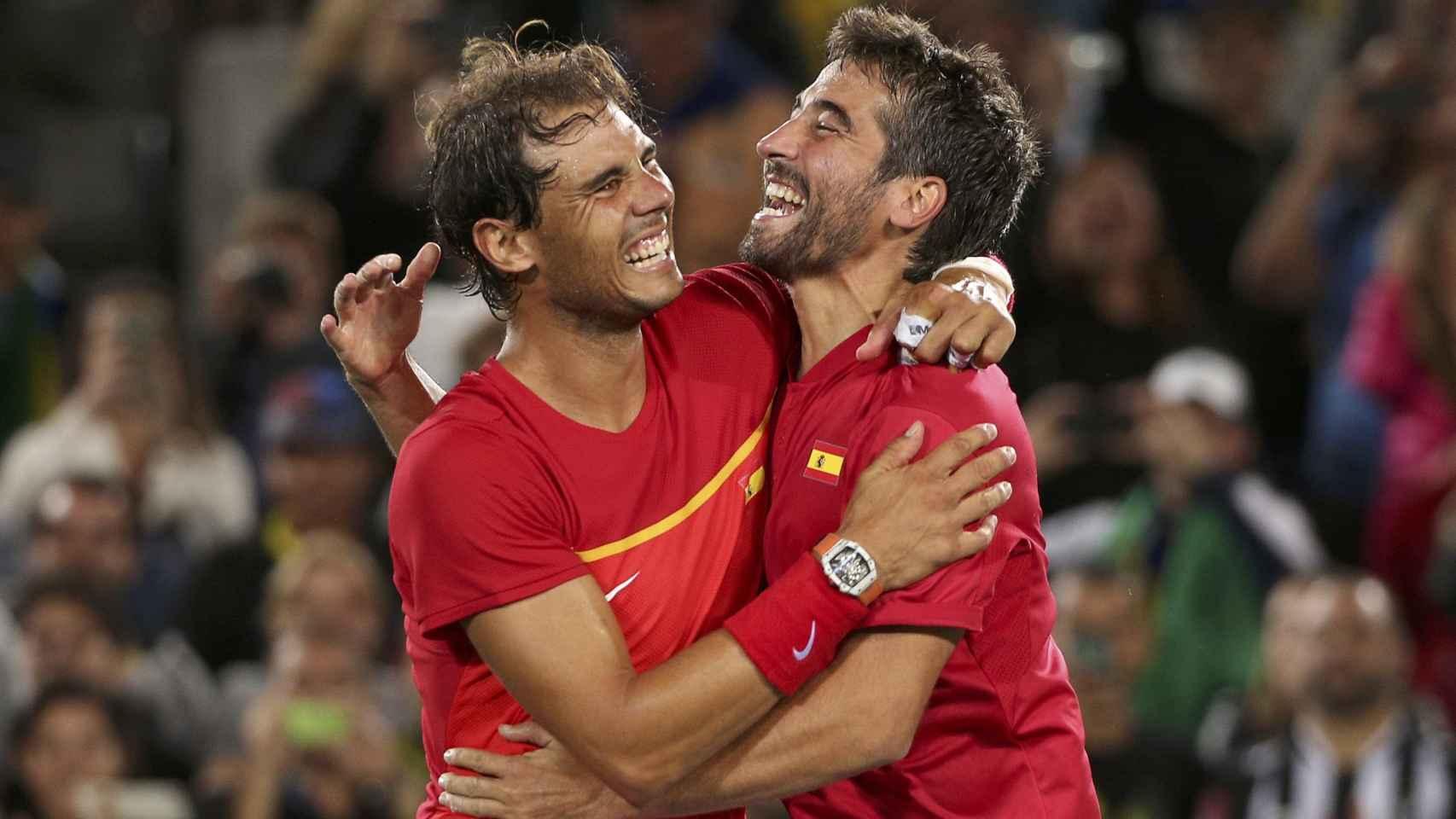 Nadal y López se abrazan como campeones olímpicos.
