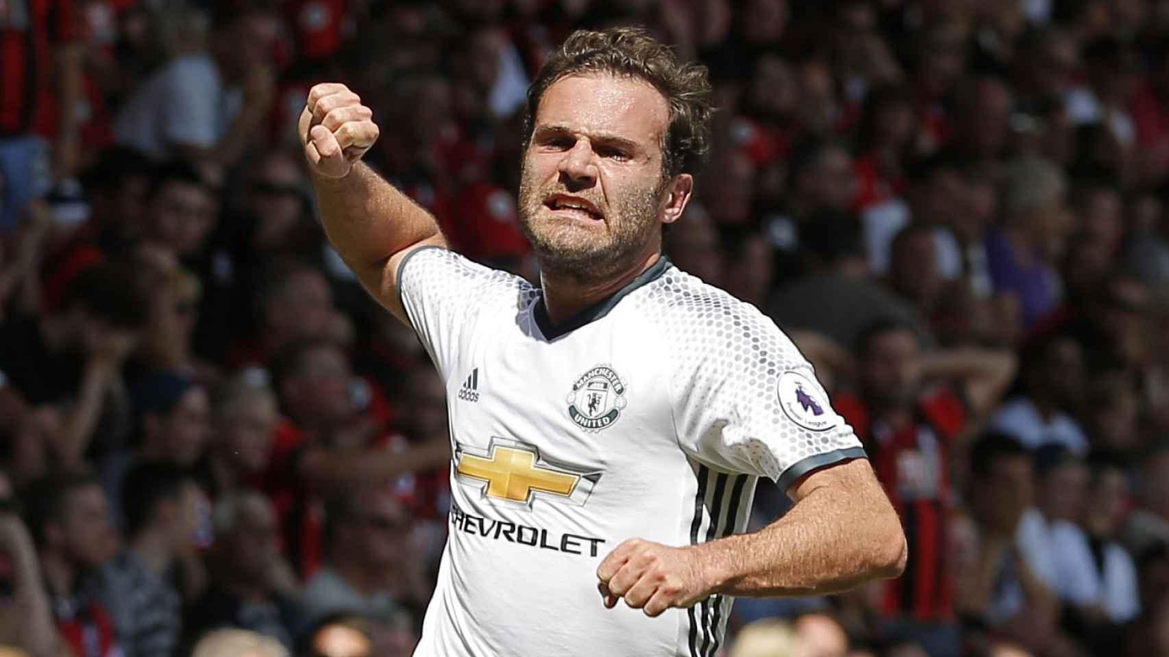Juan Mata celebra el primer gol.