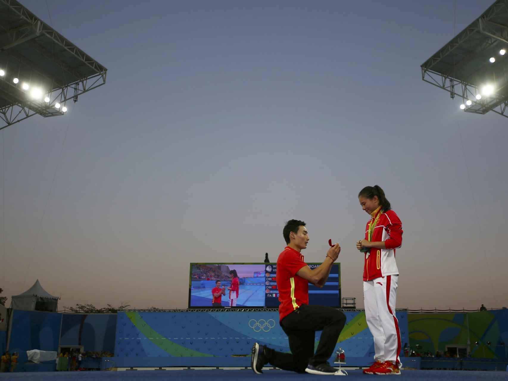Tras recoger la medalla de plata en la prueba de salto de tampolín tres metros...