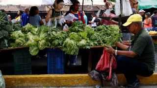 Una imagen de un mercado callejero en Caracas.
