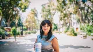 Cristina Ponce, con la hucha en la que ha ido recaudando el dinero.
