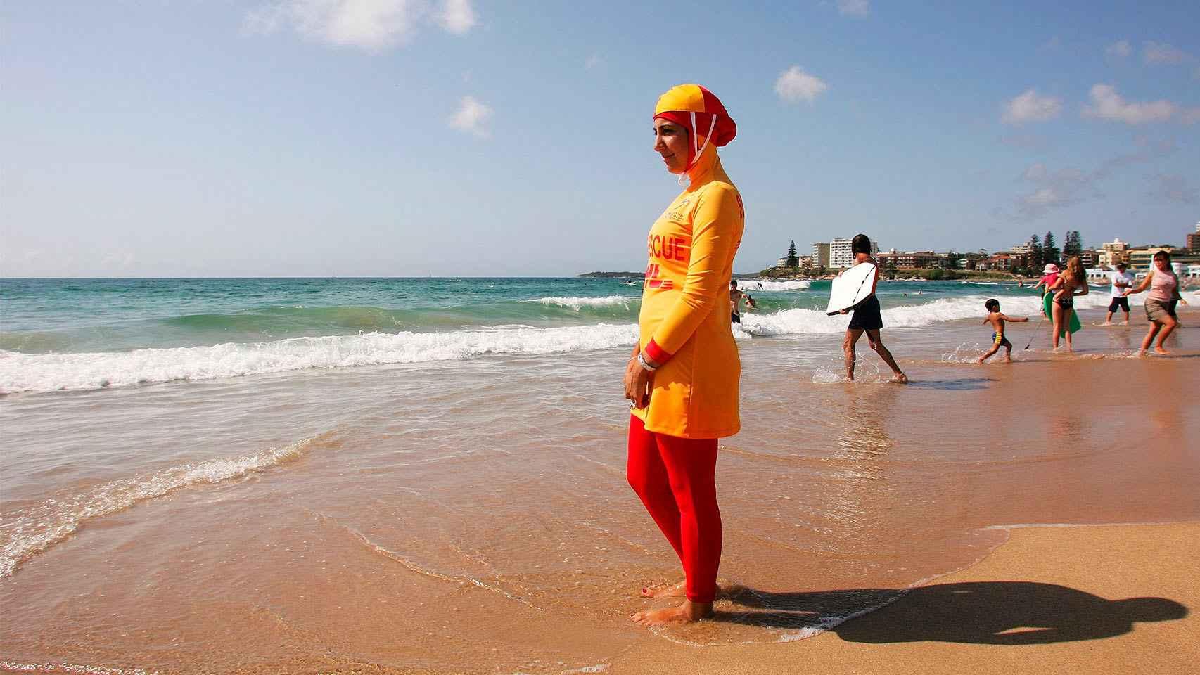 Una mujer , ejerciendo como nadador salvador, en una playa de Australia.