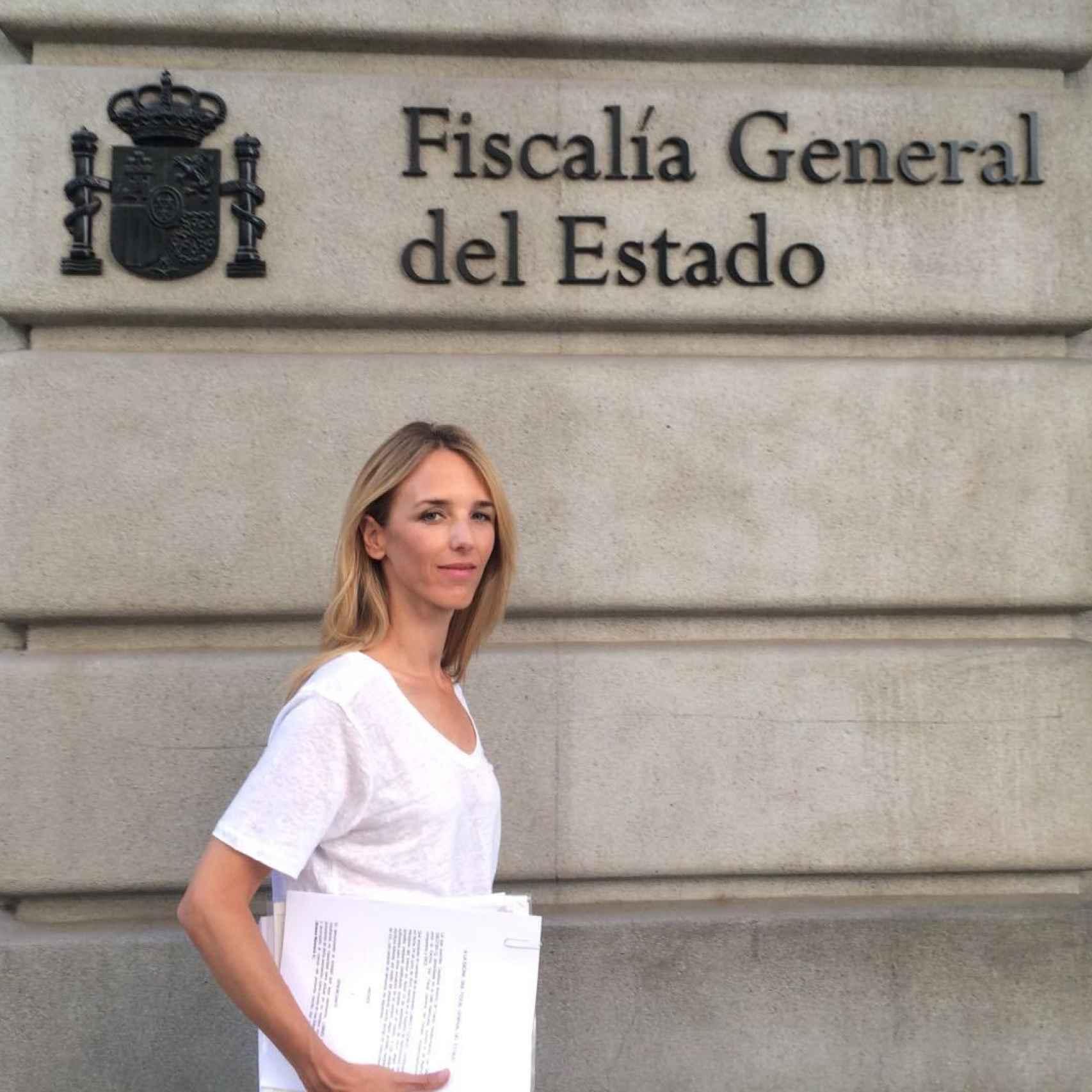 Cayetana Álvarez de Toledo, portavoz de la plataforma, presenta la denuncia ante la Fiscalía.