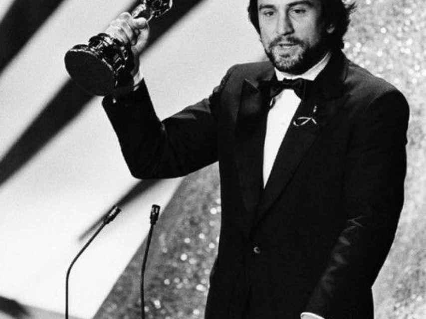 Robert de Niro recogiendo el Óscar en 1980.