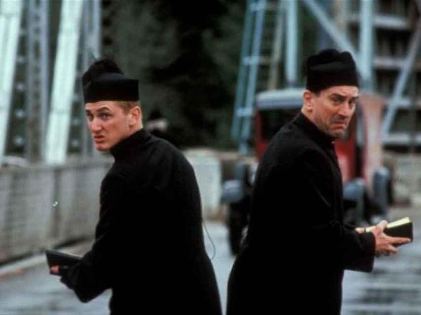 Los dos intérpretes vestidos de sacerdotes en la película No fuimos ángeles.