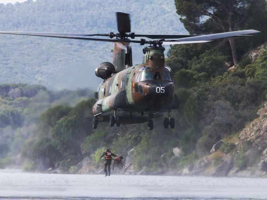 Guía y animal saltan desde un helicóptero en las Jornadas Técnicas del Perro de Intervención