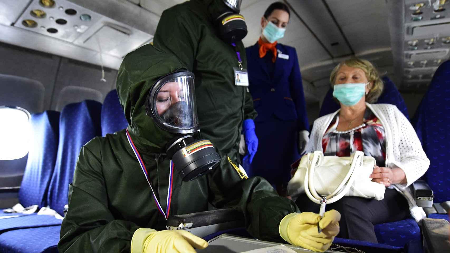 Un equipo médico a bordo de un avión.
