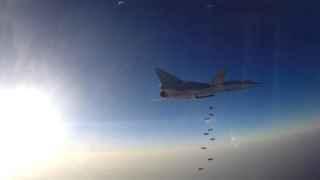 Un avión ruso lanza bombas sobre Siria.