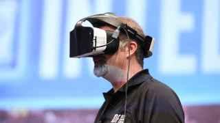 El CEO de Intel Brian Krzanich con las gafas del proyecto Alloy.
