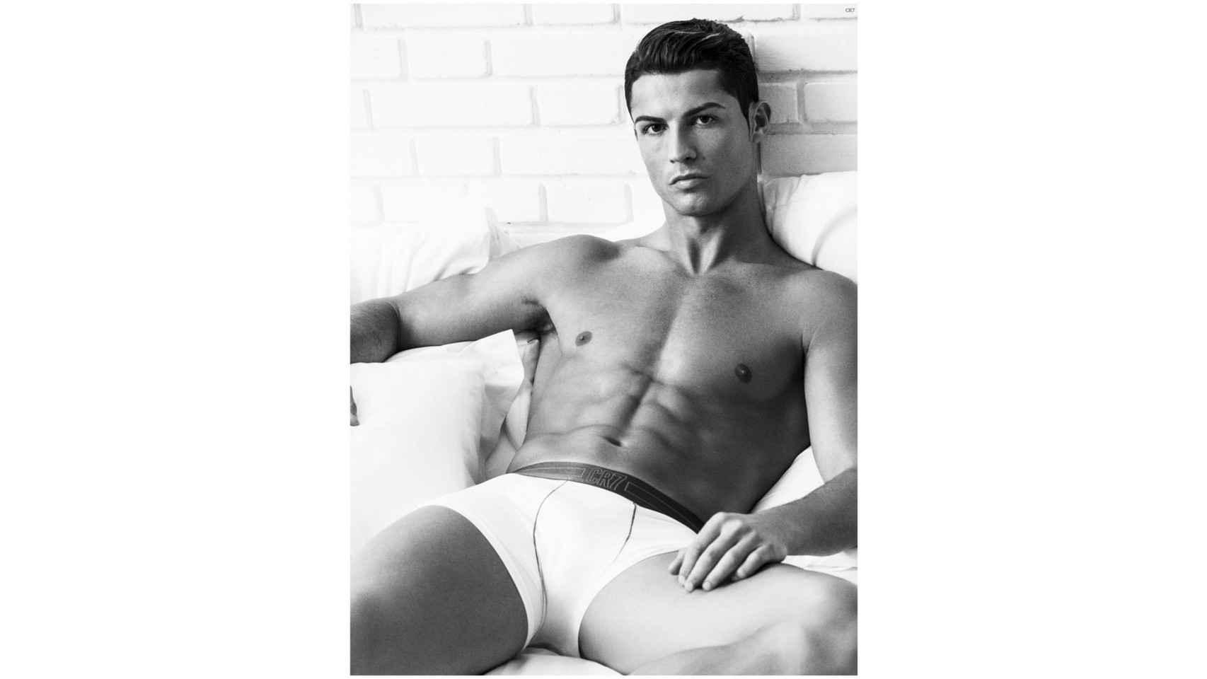 Cristiano Ronaldo posando con calzoncillos de su propia marca, CR7.