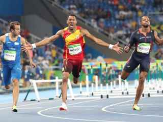El hispanocubano, en el momento de cruzar la línea de meta.