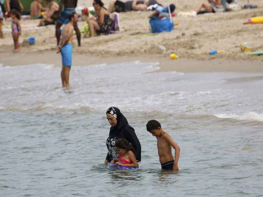 Una treintena de localidades francesas lo han prohibido en sus playas.