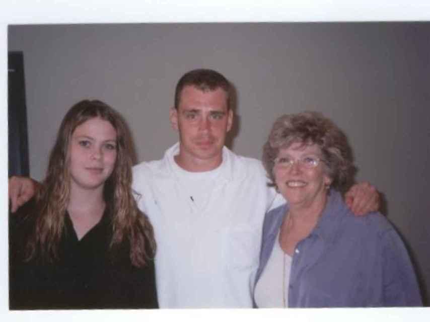 Linda junto al asesino de su hija Cathy tras reunirse con él y perdonarle. A la izquierda, la hija de Cathy.