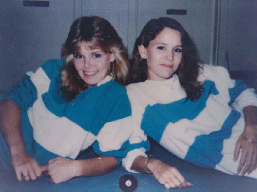 Jennifer, la compañera de piso violada, y Lisa Harris, actualmente en prisión.