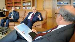 Saad Mohammed Ridha, el embajador de Irak en Portugal, en una reunión con el Ministro de Defensa portugués.