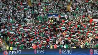 Decenas de banderas de Palestina en una de las gradas de Celtic Park.