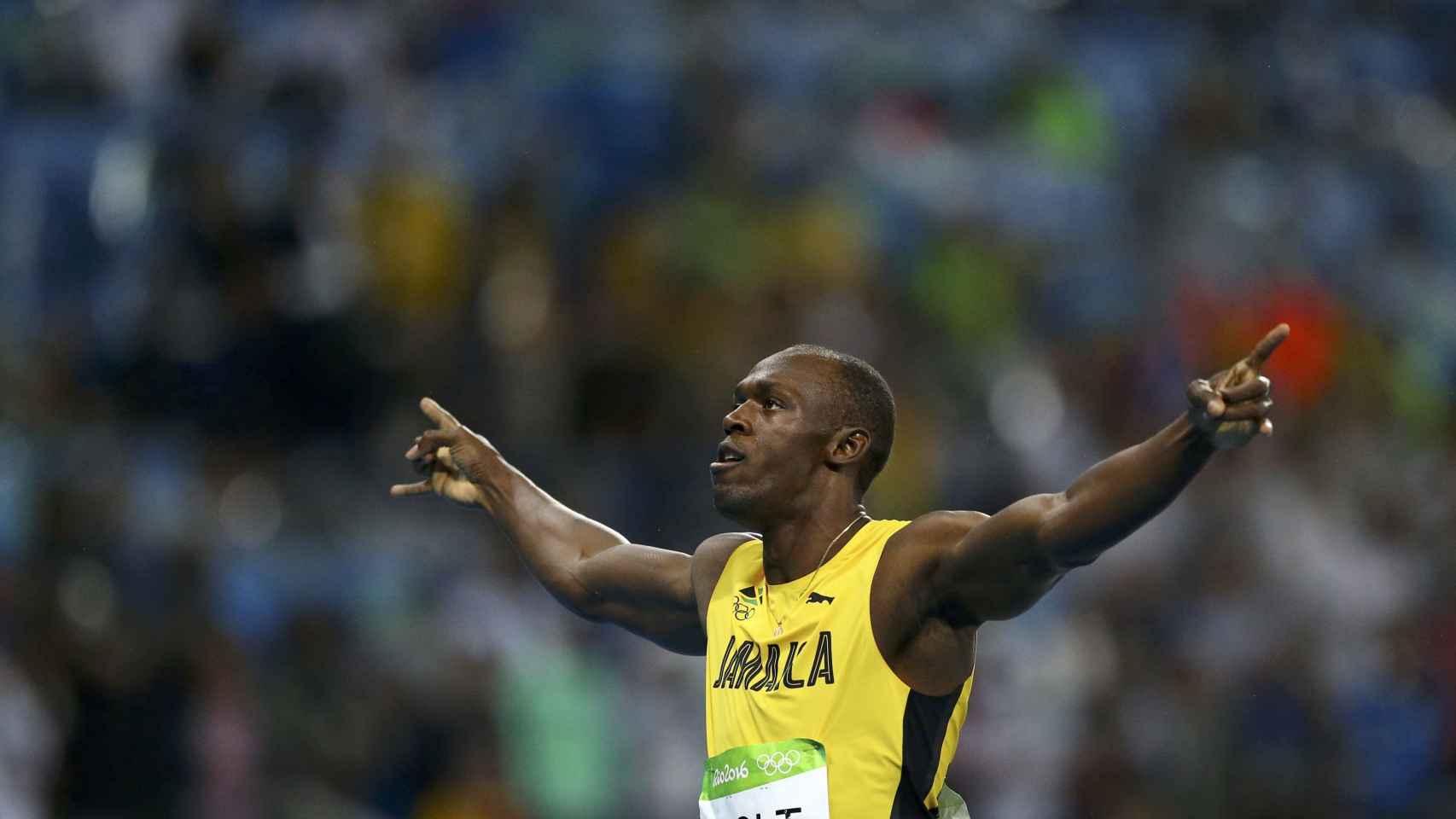 Bolt celebra el oro en el 200.