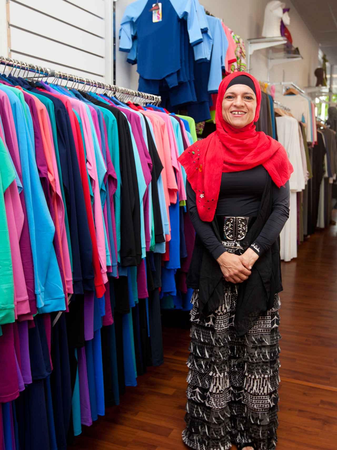 Aheda Zanetti junto a algunos de los trajes que ha diseñado.