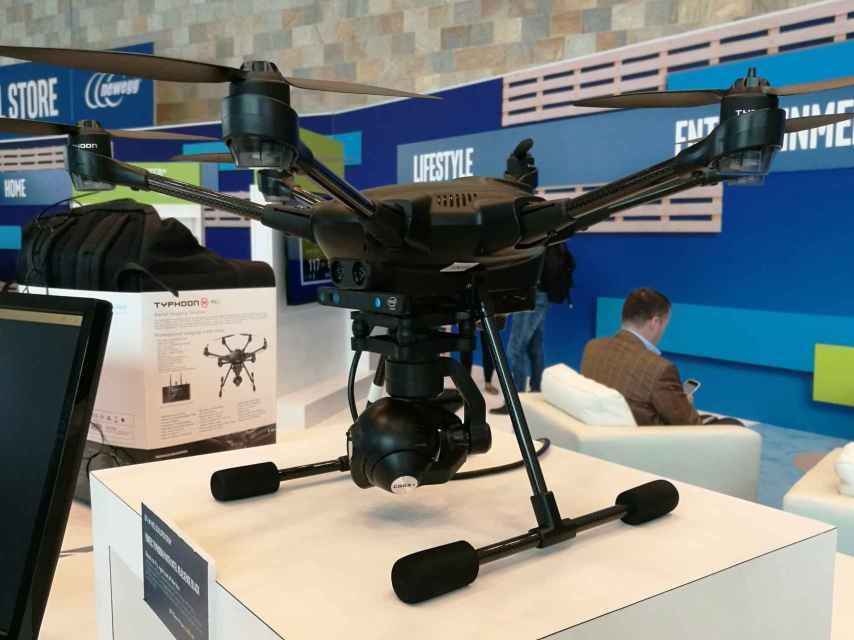 El Typhoon H con su cámara RealSense, compuesta de los dos sensores mediante los que capta la profundidad