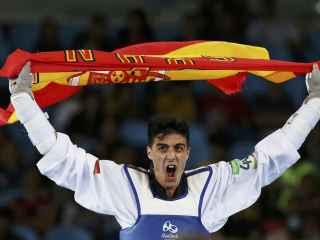 Joel González con la bandera de España.